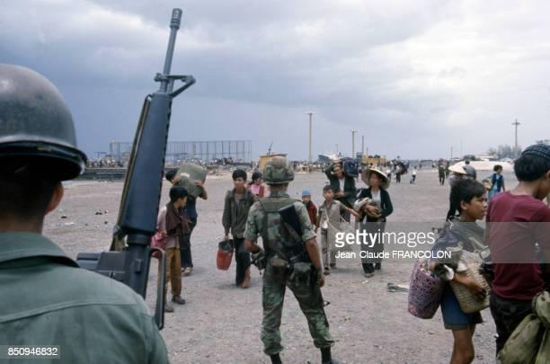Militaires armés sur la route de Saïgon Vietnam en avril 1975