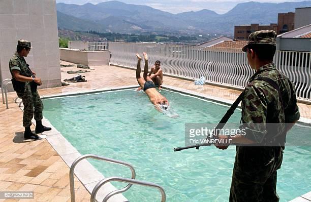 Militaires colombiens occupant le luxueux immeuble 'Monaco' appartenant au leader du cartel de Medellin Pablo Escobar situé dans le quartier...
