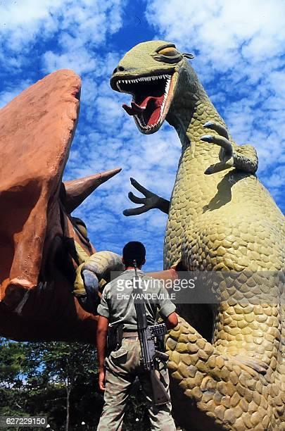 Militaires colombiens occupant l'Hacienda Napoles somptueux domaine appartenant au trafiquant de drogue Pablo Escobar où une dizaine de gigantesques...