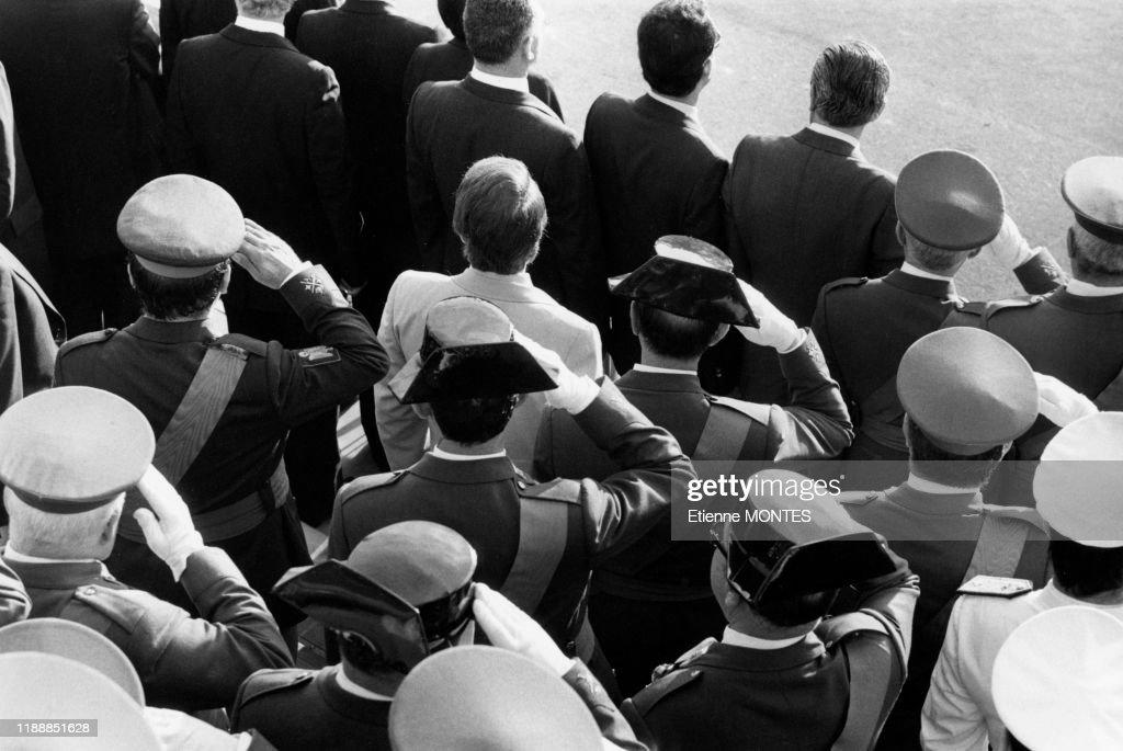 Militaires espagnols lors d'un défilé en 1981 : Photo d'actualité
