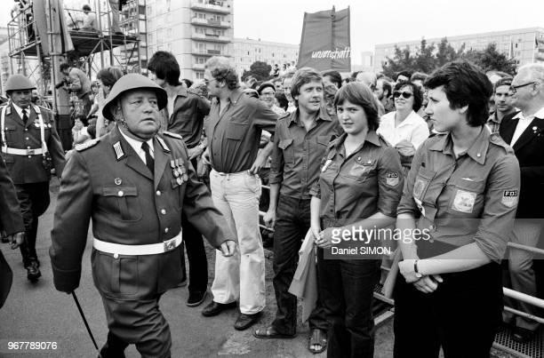 Militaires et membres des FDJ mouvement de jeunesse officiel des 1425 ans de la RDA lors de la commémoration des 20 ans du mur de Berlin le 13 août...
