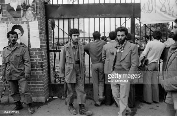 Militaires et étudiants gardant l'entrée de l'ambassade américaine de Téhéran lors de la crise des otages le 6 novembre 1979, Iran.