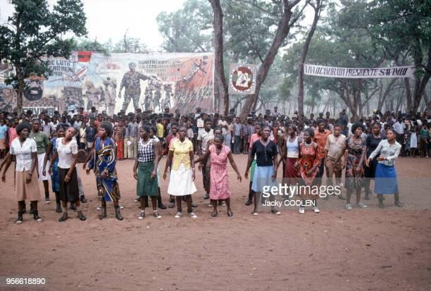 Militantes de l'UNITA devant une affiche montrant Jonas Savimbi en février 1985 en Angola