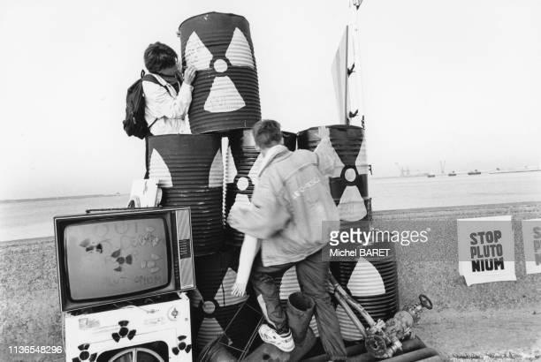 Militants de l'association 'Robin des Bois' manifestant contre l'envoi de déchet nucléaire pour le Japon, dans le port de Cherbourg, le 15 octobre...