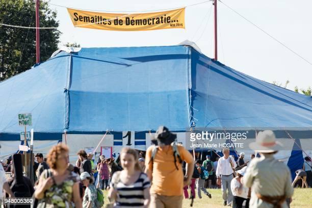 Militants 'zadistes' en arrière plan une tente avec une banderole 'Semailles de démocratie' 9 juillet 2016 NotreDamedesLandes LoireAtlantique France