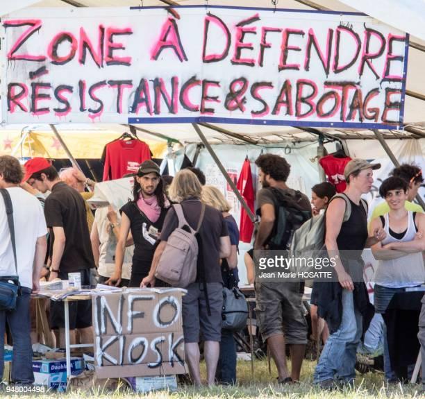 Militants 'zadistes' sous une banderole 'Résistance et sabotage' 9 juillet 2016 NotreDamedesLandes LoireAtlantique France