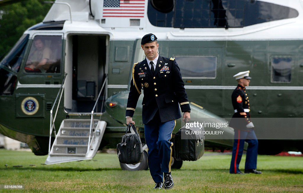 A military aide carries the president's nuclear 'football' as US President Barack Obama returns to the White House , May 15, 2016 in Washington, DC. / AFP / Olivier Douliery