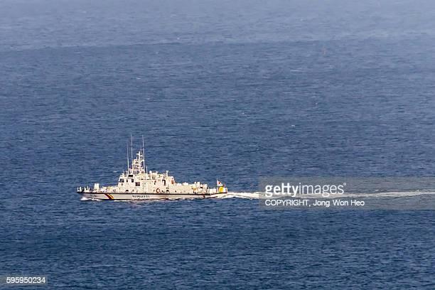 a military boat on the blue sea - vaisseau de guerre photos et images de collection