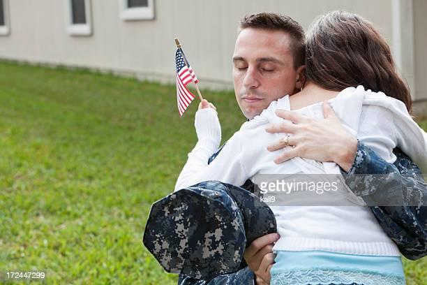 Père embrassant sa fille militaire