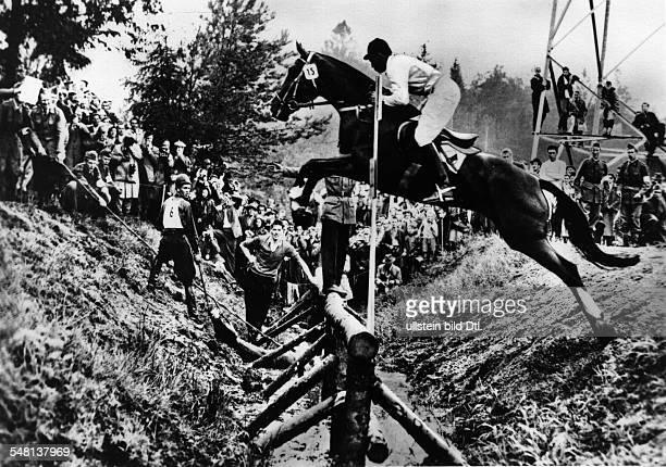 Military Geländeritt Vorne im Sprung August LütkeWesthues auf Trux hinten Kuistila mit seinem gestürzten Pferd Juni 1956