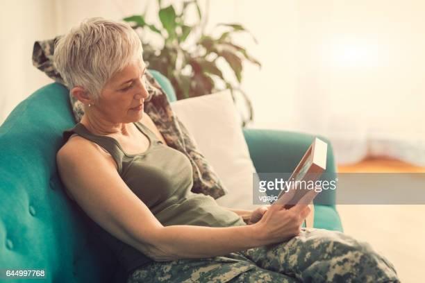 Militar mujer madura con foto enmarcada