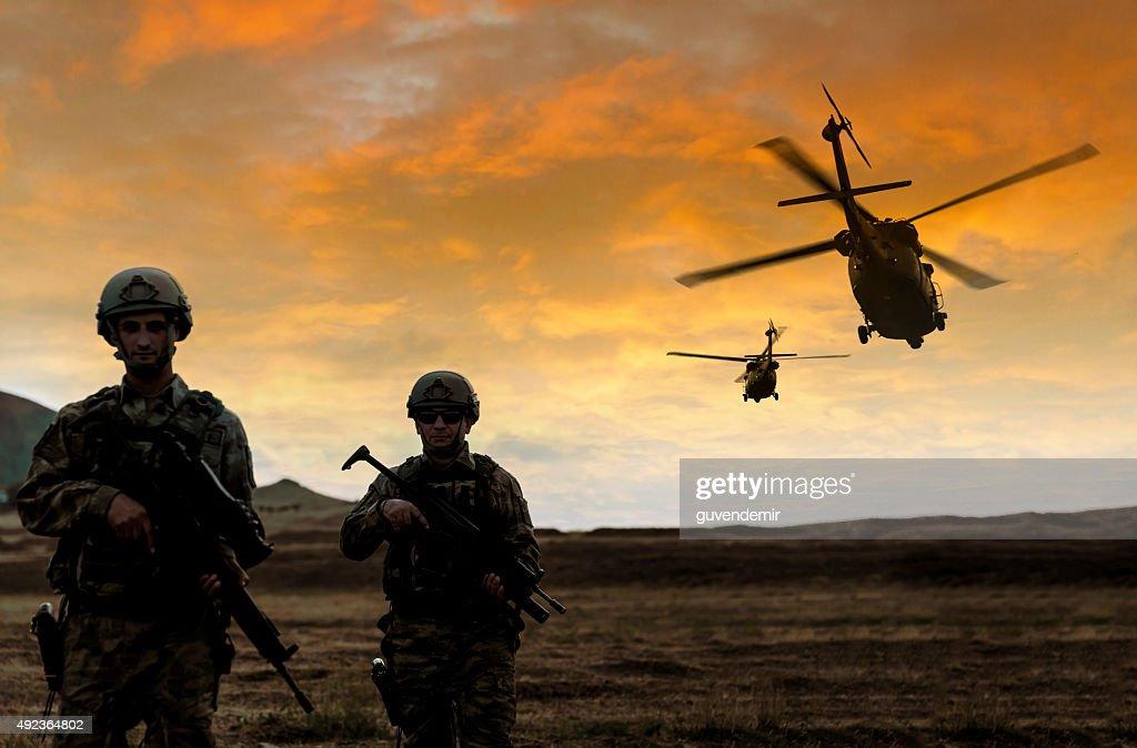 Militares missão no pôr-do-sol : Foto de stock