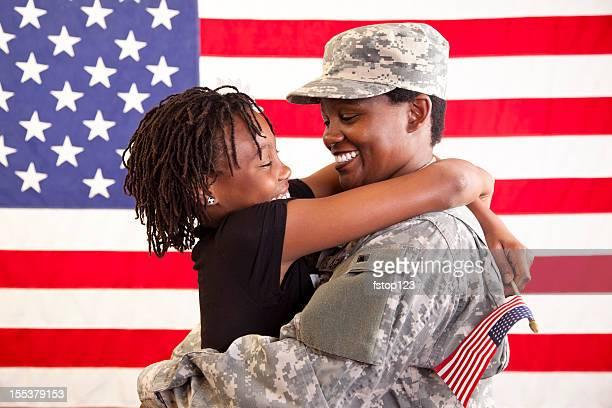 ミリタリーモメンタル自宅で娘でお客様をお迎えいたします。米国の旗。軍退役軍人ます。 - 米退役軍人の日 ストックフォトと画像