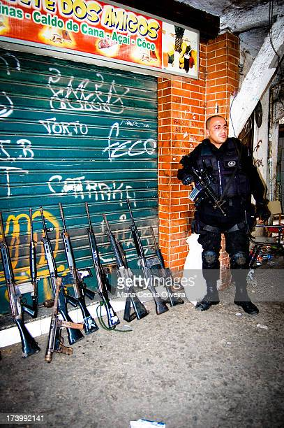 CONTENT] Military occupation of Rocinha for installation of Pacifying Police Unit In the photo apprehension of weapons used by traffickers