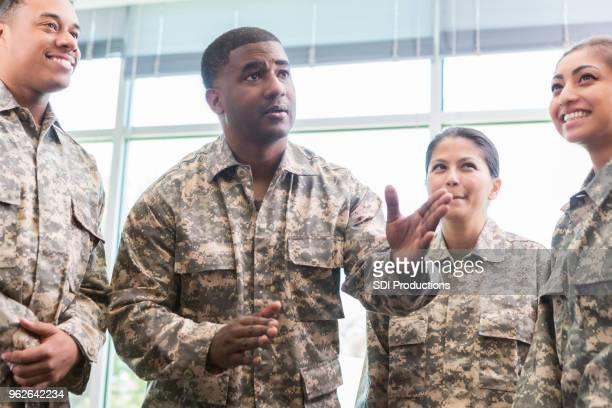 軍の将校の士官候補生のグループとの協議します。 - 将校 ストックフォトと画像