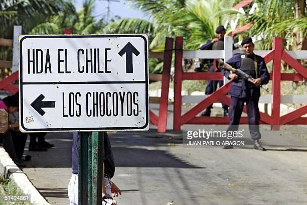Military officers secure the home of ExPresident Arnoldo Alemn in Managua Nicaragua 27 December 2002 Agentes de la brigada especial de la policfa...
