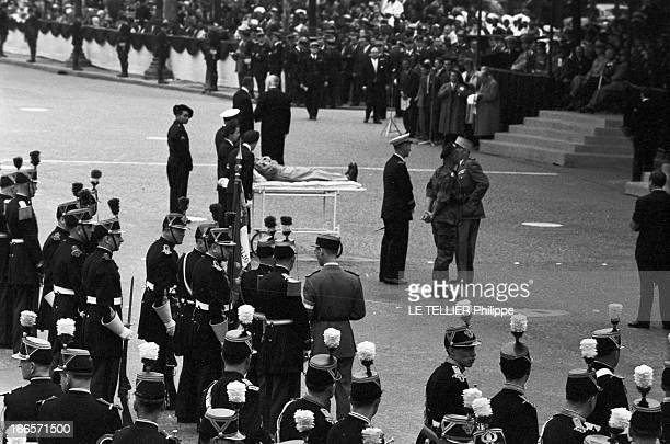 Military Review Of July 14Th Paris le 14 juillet 1956 le défilé sur les Champs Elysées Un militaire est allongé sur un brancard