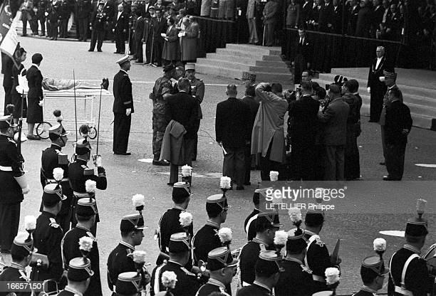 Military Review Of July 14Th Paris le 14 juillet 1956 le défilé sur les Champs Elysées Un militaire est allongé sur un brancard il est photographié...