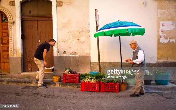 Militello, Sicile, Italie: Rue Veggie fournisseur et client Senior