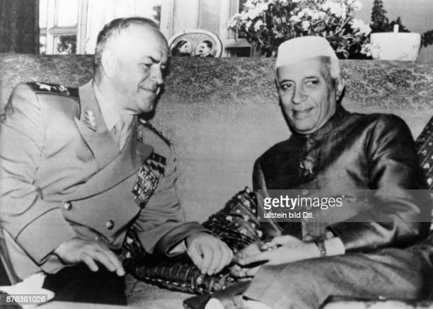 1896 1974 Militär UdSSR Marschall Schukow mit dem indischen Premierminister Jawaharlal Nehru 1957