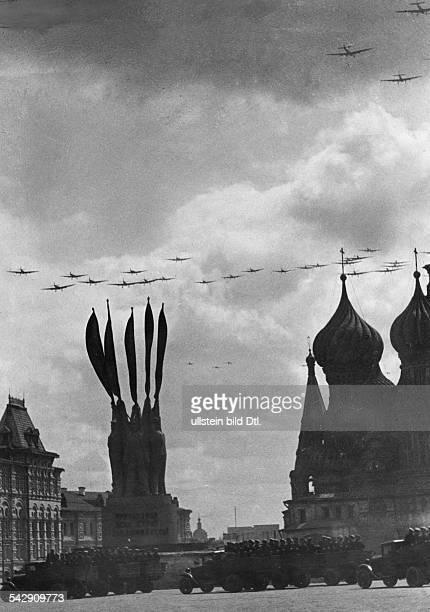 Militärparade zur Maifeier auf dem Roten Platz in Moskau Flugzeuge kreuzen den Himmel