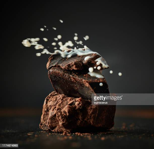 チョコレートに注ぐミルク - ダークチョコレート ストックフォトと画像