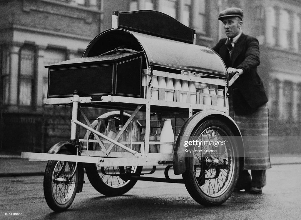Milkman Pushing His Cart In London On January 1933 : News Photo