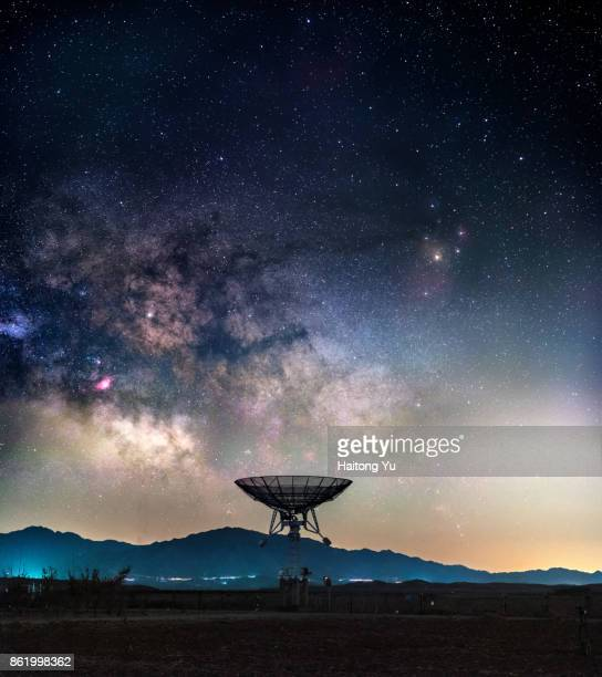 milky way above radio telescope - copy space stock-fotos und bilder