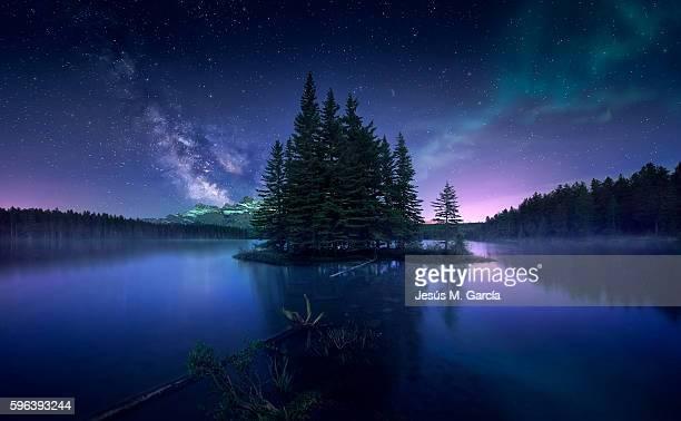milky way and aurora borealis at two jack lake - luz de la luna fotografías e imágenes de stock
