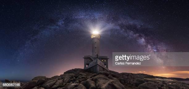 milky way and lighthouse - comunidad autónoma de galicia fotografías e imágenes de stock