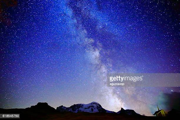 milky way galaxy above monte rosa, swiss alps at night - naturwunder stock-fotos und bilder