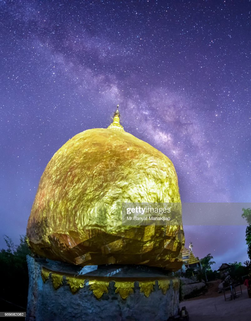 Milky Way Galaxy Over Kyaikhtiyo : Stock-Foto