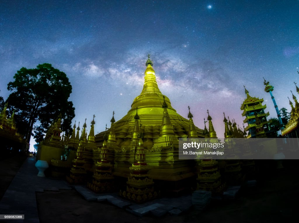 Milky Way Galaxy Over Shwedagon Pagoda : Stock-Foto