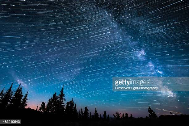 milky way, hour-long time exposure, osoyoos, british columbia, canada - costellazione foto e immagini stock