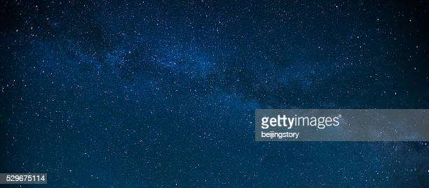 milky way night sky - night stockfoto's en -beelden