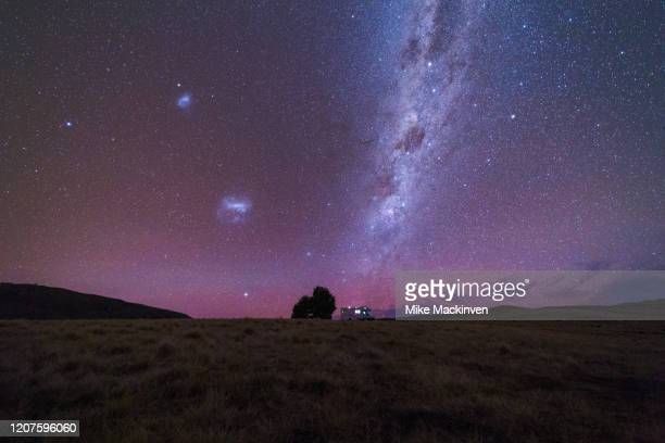 milky way over a campervan in tekapo - aurora australis stock pictures, royalty-free photos & images