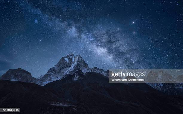 milky way over ama dablam, sagarmatha np, nepal - celebrities stock pictures, royalty-free photos & images
