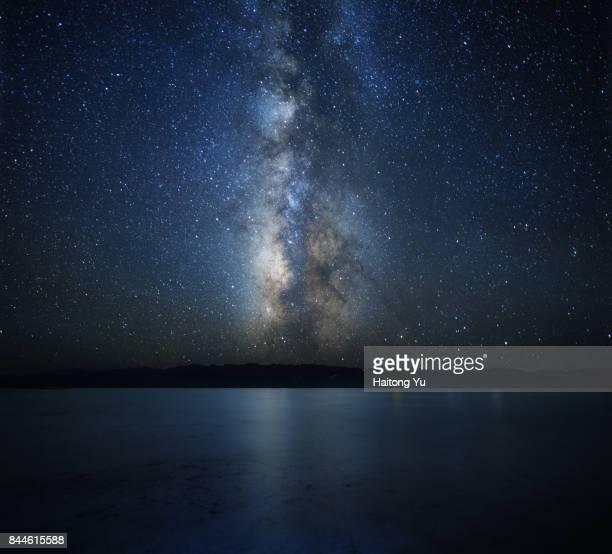 milky way over chaka salt lake - getönt stock-fotos und bilder
