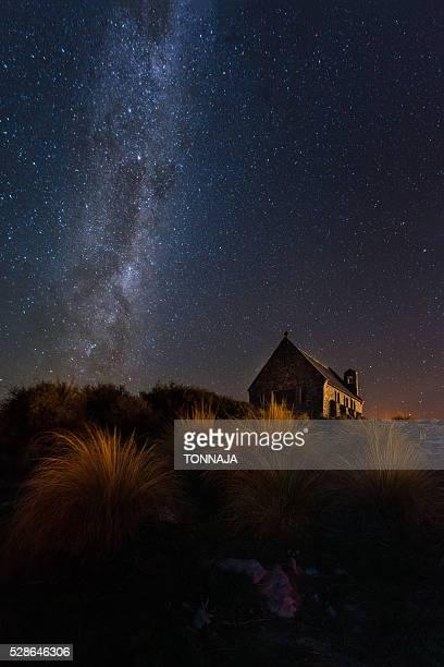 milky way over church of good shepherd (lake tekapo) - iglesia del buen pastor tekapo fotografías e imágenes de stock