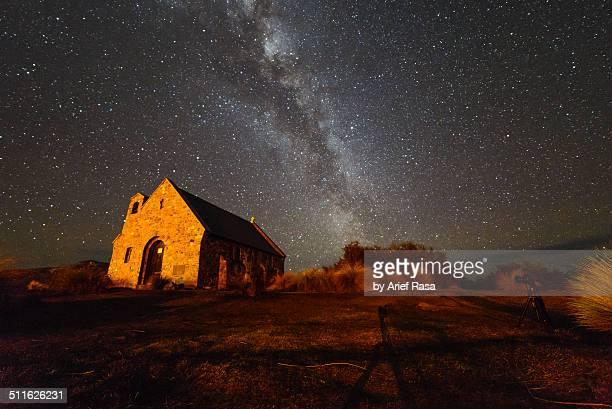 milky way over church - lago tekapo fotografías e imágenes de stock