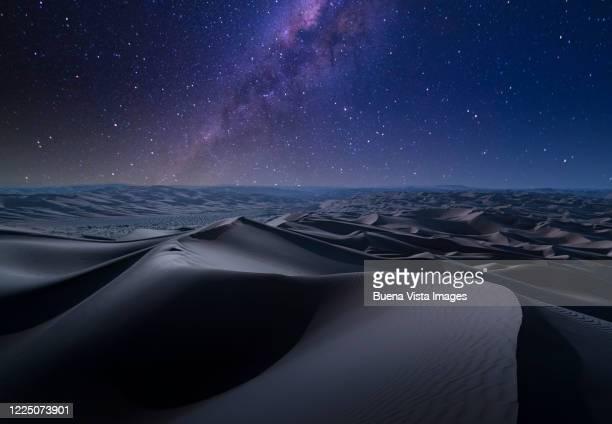 milky way over desert - paisajes de emiratos arabes fotografías e imágenes de stock