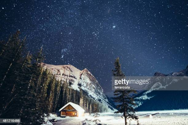 milky way over lake louise in banff national park winter - canadian rockies stockfoto's en -beelden