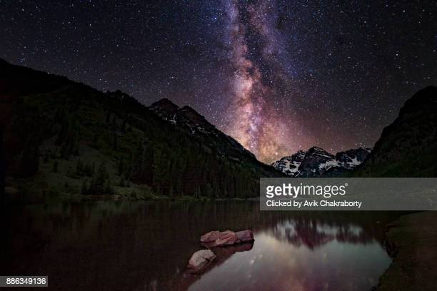 milky way over maroon bells, aspen, colorado - maroon bells stock photos and pictures