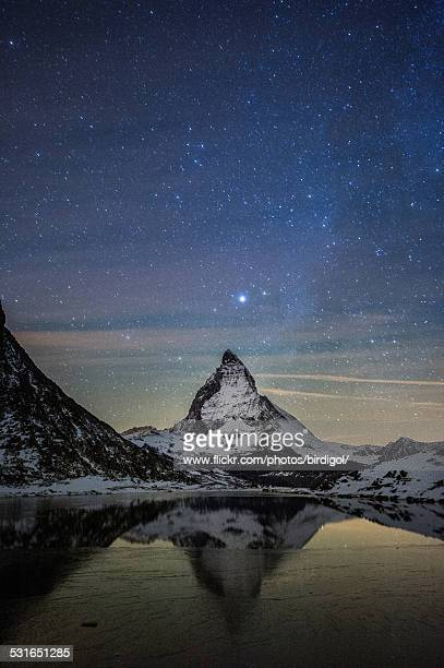 milky way over matterhorn mountain - pinnacle peak stock pictures, royalty-free photos & images