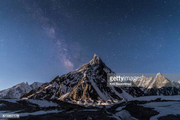 milky way over mitre peak on the way to k2 base camp, pakistan - himalaya foto e immagini stock
