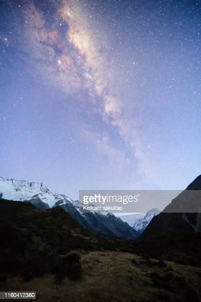 milky way over mount cook national park, hooker valley, new zealand. - alpes do sul da nova zelândia - fotografias e filmes do acervo