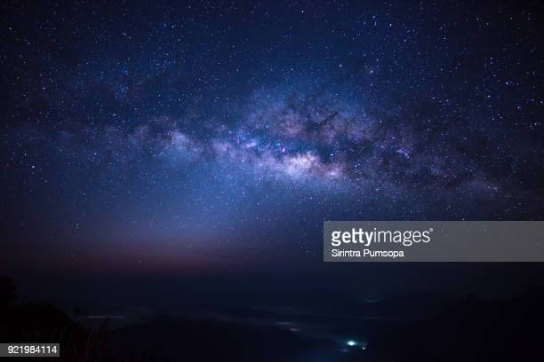 milky way over phu chi fa mountain in chiang rai province, thailand - night stockfoto's en -beelden