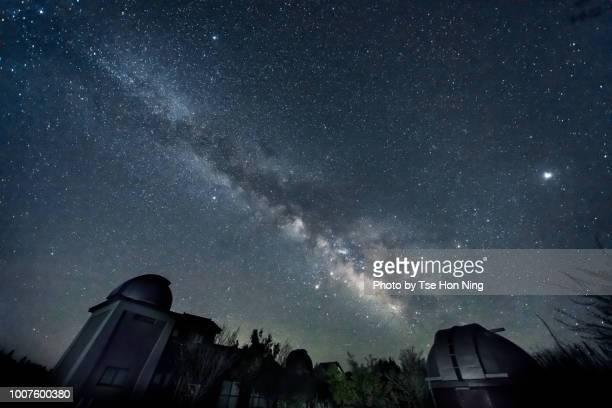 milky way over saji observatory telescope buildings in japan - 鳥取県 無人 ストックフォトと画像