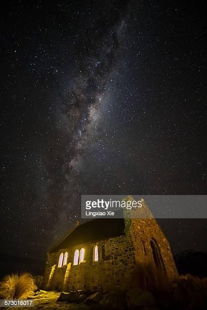 milky way over the church of good shepherd - iglesia del buen pastor tekapo fotografías e imágenes de stock