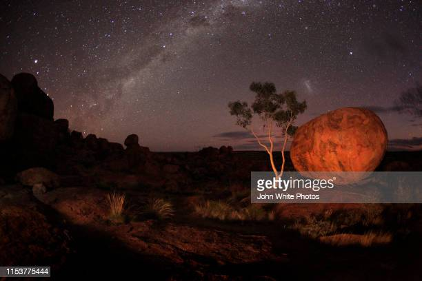 milky way over the karlu karlu / devils marbles conservation reserve. northern territory. australia. - astronomy stock pictures, royalty-free photos & images